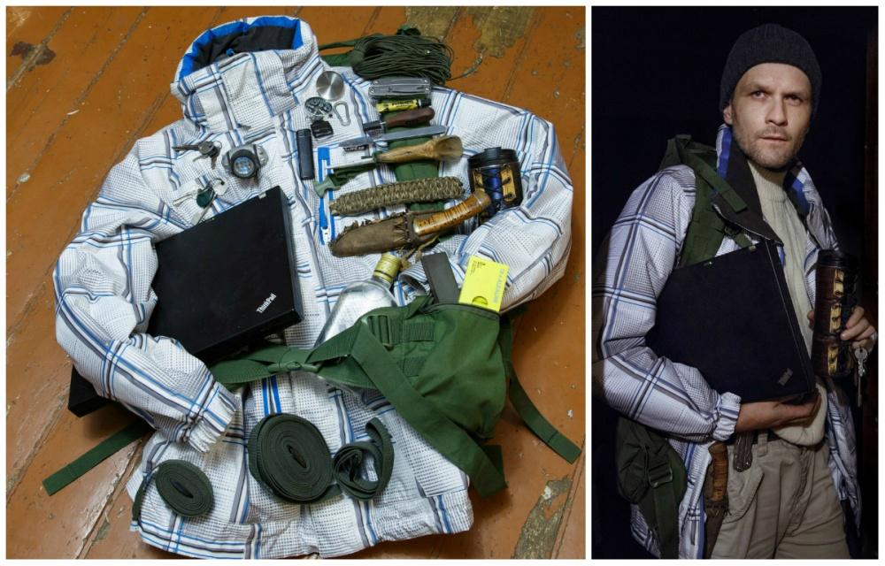 © Ekaterina Sahakyan  Ноутбук, зарядное устройство, ключи, фонарик, зажигалка, компас, карабин