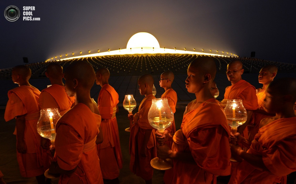 Хождение со свечами вокруг пагоды. (Pornchai Kittiwongsakul/Getty Images)