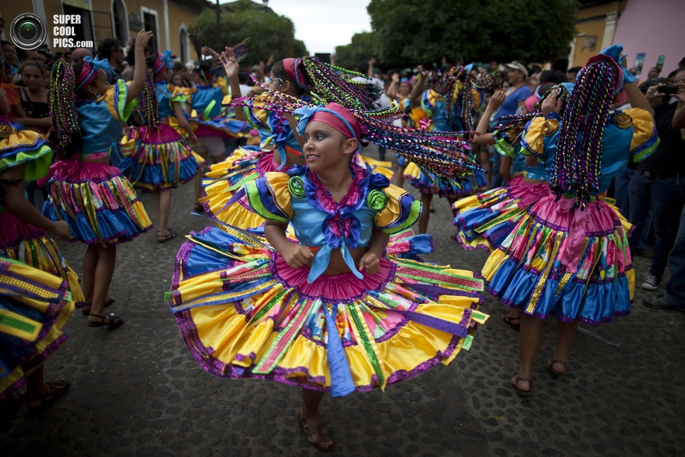 Танцевальное шествие в рамках Международного фестиваля поэзии, Гранада, Никарагуа. (AP Photo/Est