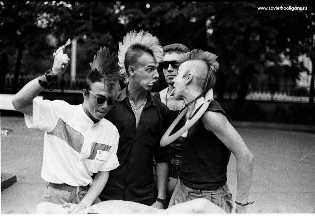 Тусовка в сквере на Никитских Воротах. Фото Ярослава Маева, Москва, 1988.