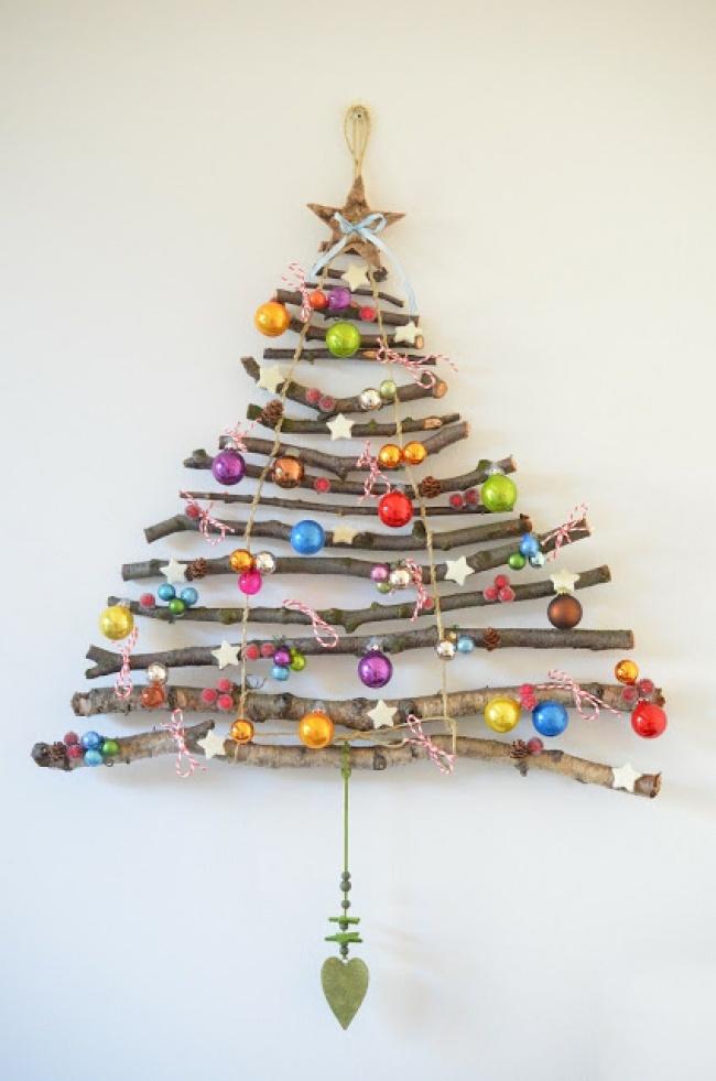 © ueberallunirgendwo  Бюджетным иоригинальным вариантом станет елка издеревянных палочек. Сд
