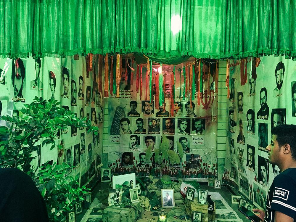 Базар Таджриш в Тегеране. «Такие передвижные алтари можно встретить в Тегеране повсюду во время свящ