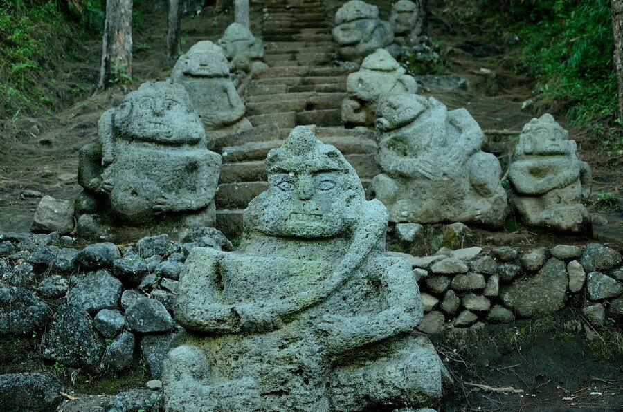 Лестница со статуями