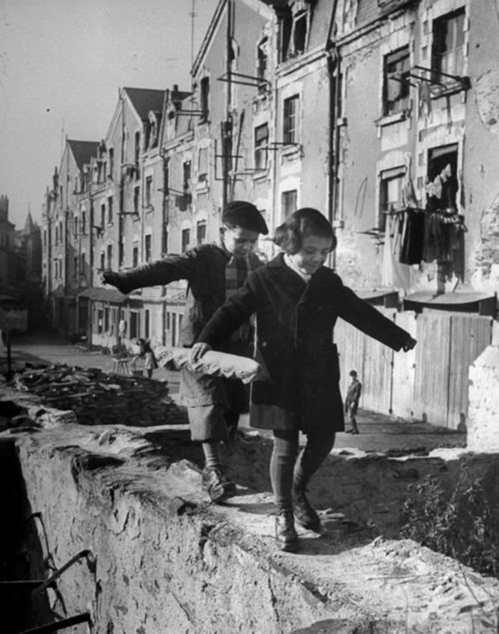 historical-children-playing-photography-31-589dbf0877870__700.jpg