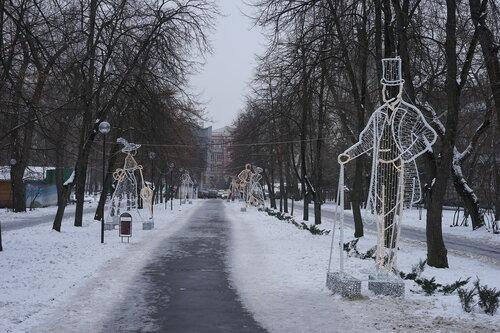 Светящиеся фигуры возле театра Горького