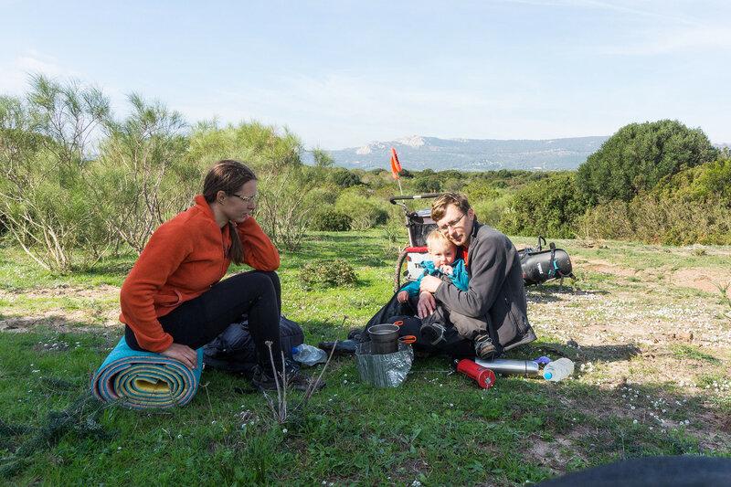 семья с ребенком в велопоходе по андалусии, испания