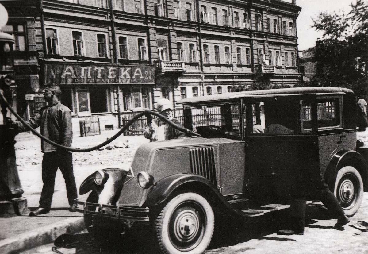 56504 Renault Маяковского на бензоколонке 29 Угольная площадь.jpg