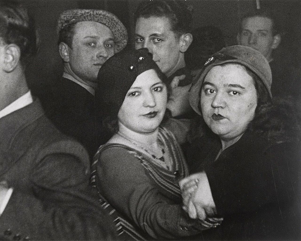 1932. Дансинг «Мэджик Сити» для гомосексуалистов на рю де ла Монтань Сент-Женевьев. Лесбийская пара