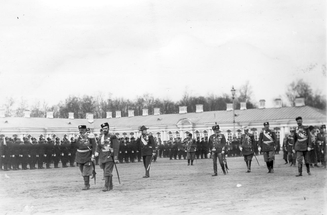 Император Николай II с группой обходит войска, выстроившиеся для парада