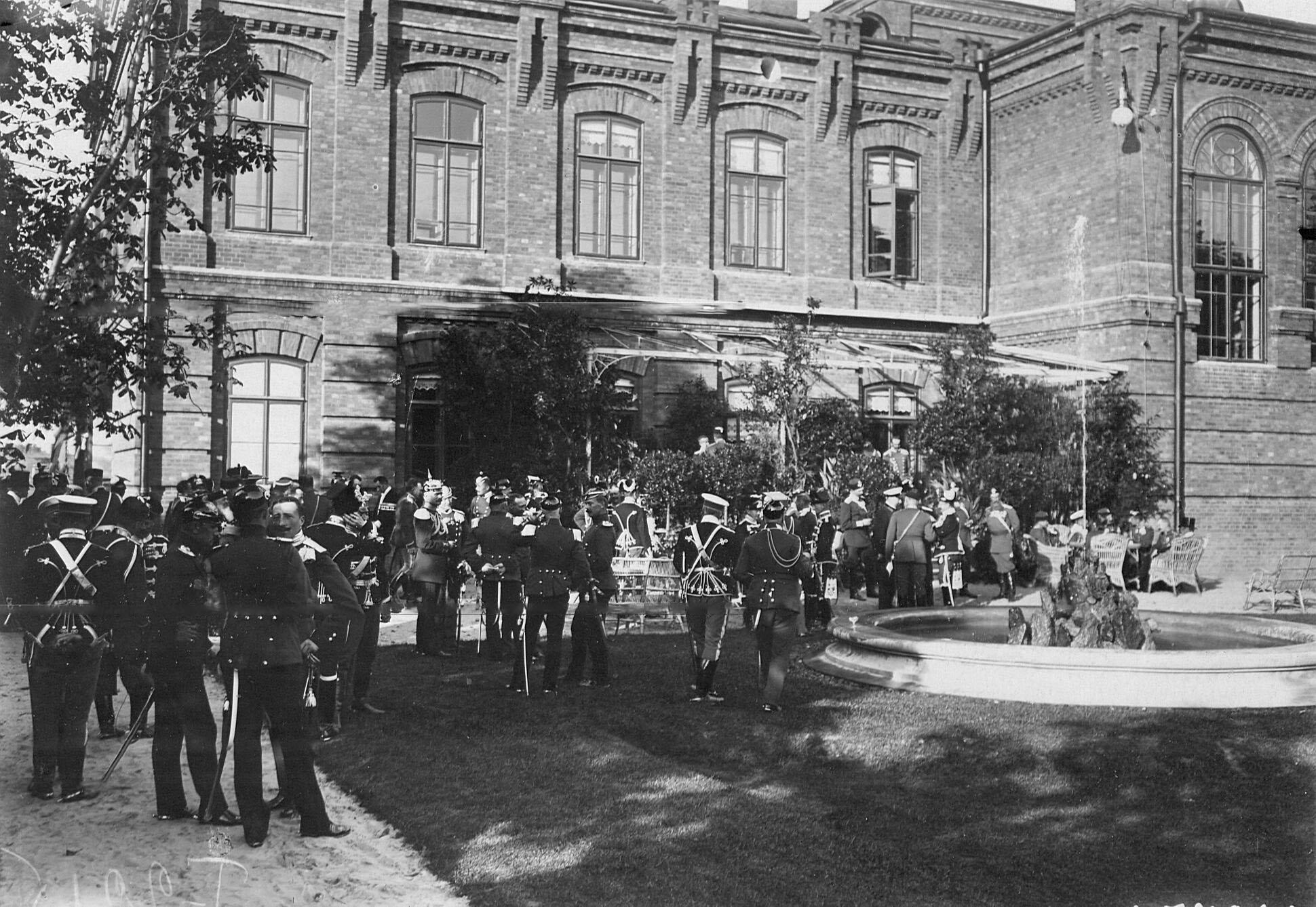 Офицеры германской кавалерии, прибывшие  на празднование 250-летнего юбилея полка, во дворцовом сад