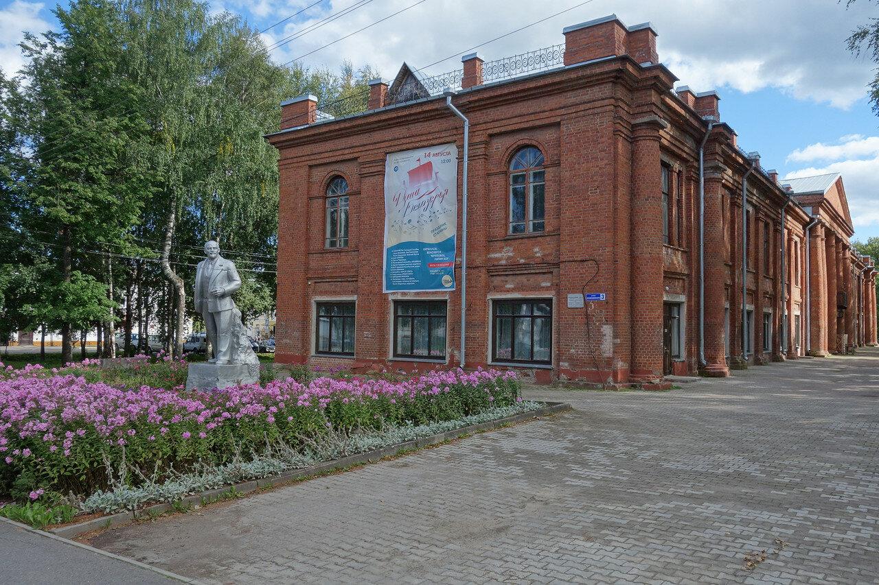 Ленин и Народный дом