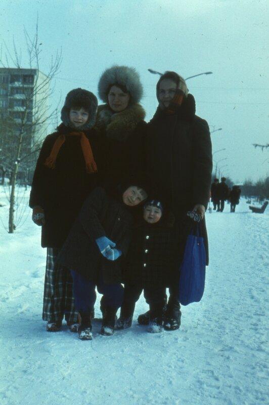 Лариса Пышнограева, тетя Лена, Валя Пышнограева, я, брат. Свердловск, ~1980 г.