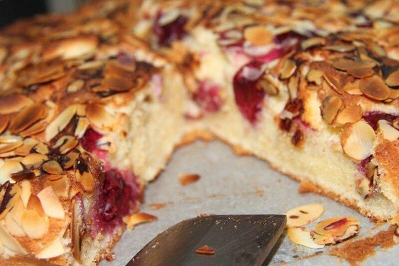 Пирог «Венский» с яблоками, смородиной и миндалем