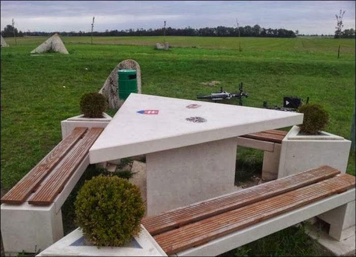 16. Австрия, Венгрия и Словакия Этот стол для пикника является местом, где сходятся границы трёх стр