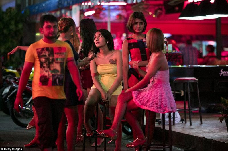 Тысячи туристов съезжаются в Таиланд, чтобы насладиться знаменитыми секс-услугами.