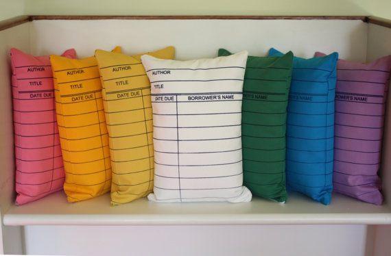 Чехлы на подушки в виде библиотечных карточек.