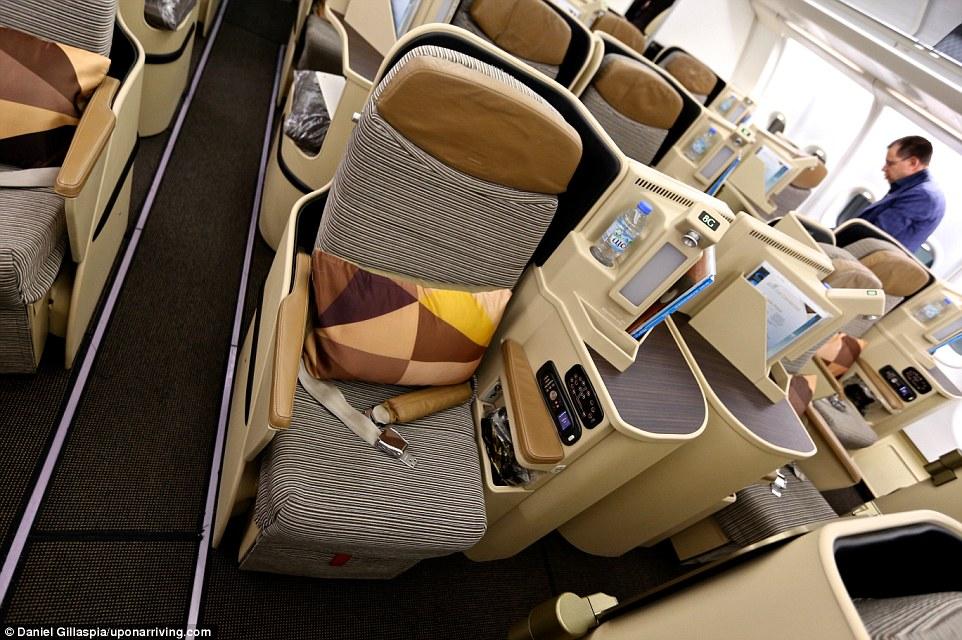 Из ЮАР блогер и его партнер отправились в ОАЭ бизнес-классом авиакомпании Etihad, где установлены кр