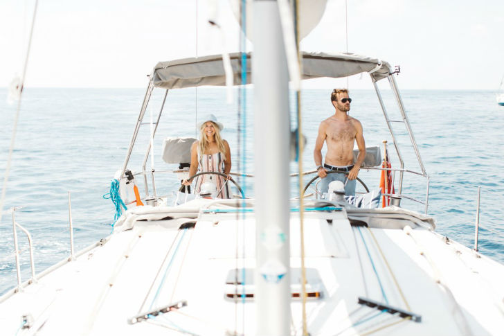 Молодая пара путешествует на 12-метровой парусной яхте Dufour, которую они назвали