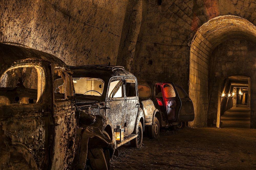Заброшенный туннель под Неаполем, ставший склепом для автомобилей