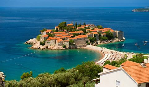 Будва — самый популярный курорт Черногории со множеством развлечений как днем, так и ночью. Го