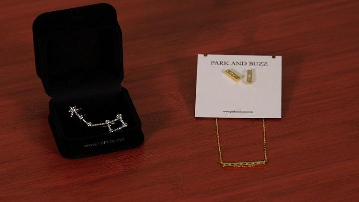 Эксклюзивная ювелирная подвеска от Namira Monaco и комплект из сережек и ожерелья от Park and Buzz.
