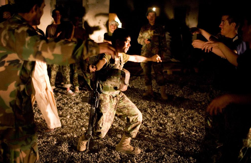 Игрушечный пистолет. Карусель в Кабуле, 20 сентября 2009. (Фото AP Photo | Anja Niedringhaus):