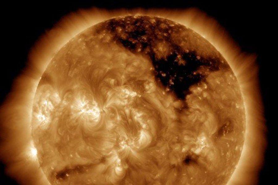 Наземных полюсах стала видна внушительная солнечная дыра