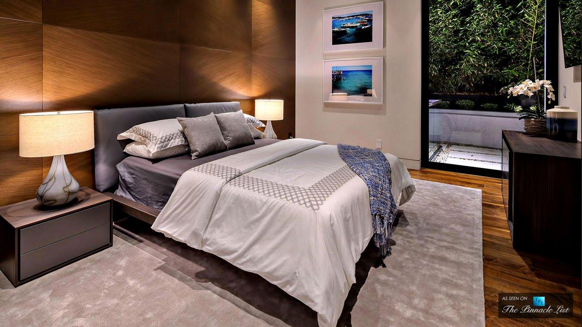 Деревянная обшивка стен в спальне
