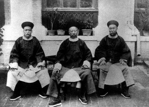 Айсиньгёро Исюань (цинван Чунь) с Ли Хунчжаном и Шанцином