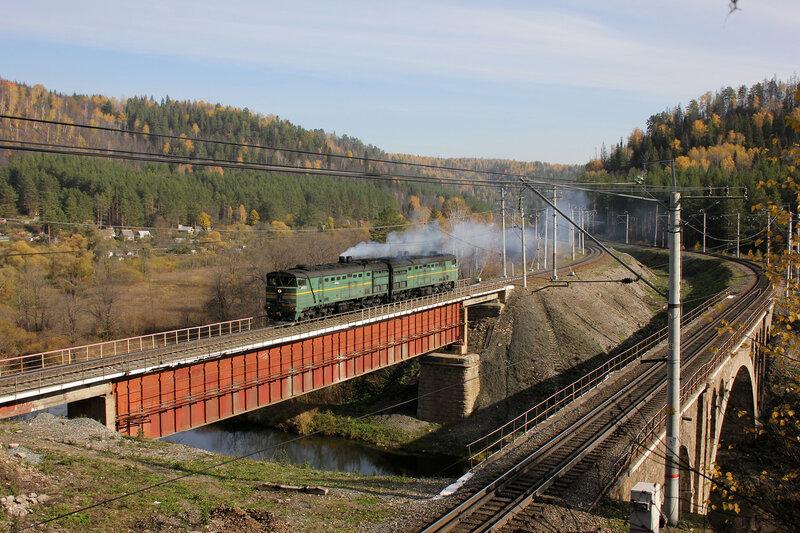 2ТЭ10М-0968 проходит мост через реку Сим, перегон Симская - Биянка