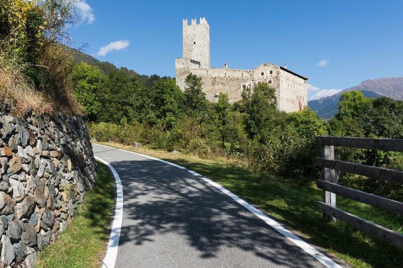 велодорожка в долине Адидже (val venosta), Альпы, Италия