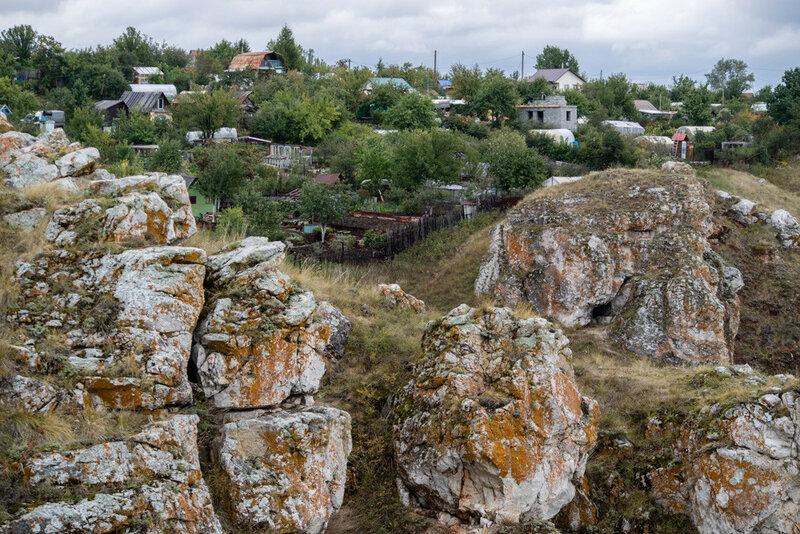 камни и дома в районе трех пещер