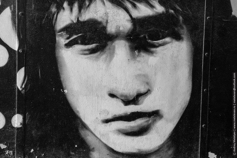 портрет Виктора Цоя в подземном переходе