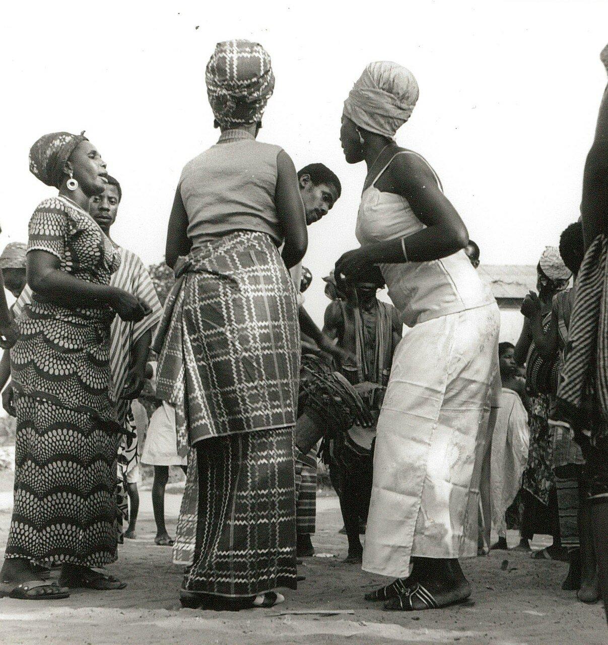 Сасандра. Женщины танцуют перед под барабаны на городской улице