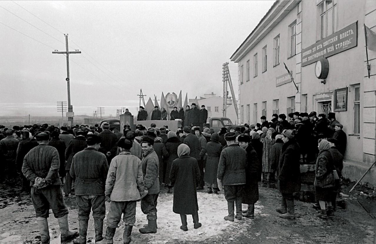 Южноуральск. Поселок первостроителей Южноуральской ГРЭС. Митинг в рабочем поселке (1952)