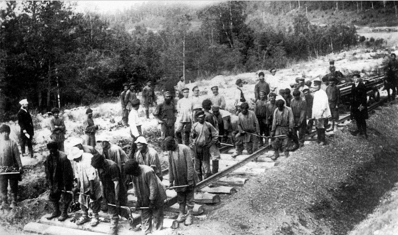 1890. Самаро-Златоустовская железная дорога. Укладка пути на 724-й версте.jpg