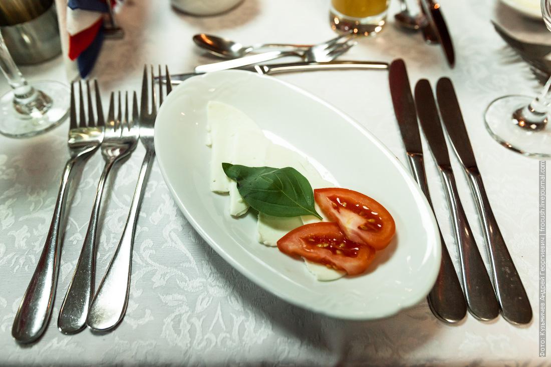Антипасто «Капрезе» из помидоров и сыра моцарелла с базиликом
