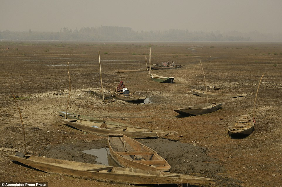 APTOPIX India Kashmir Reclaiming a Lake