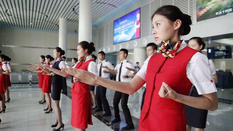 Китайские стюардессы изучают винчунь, чтобы дать отпор хулиганам на борту самолета
