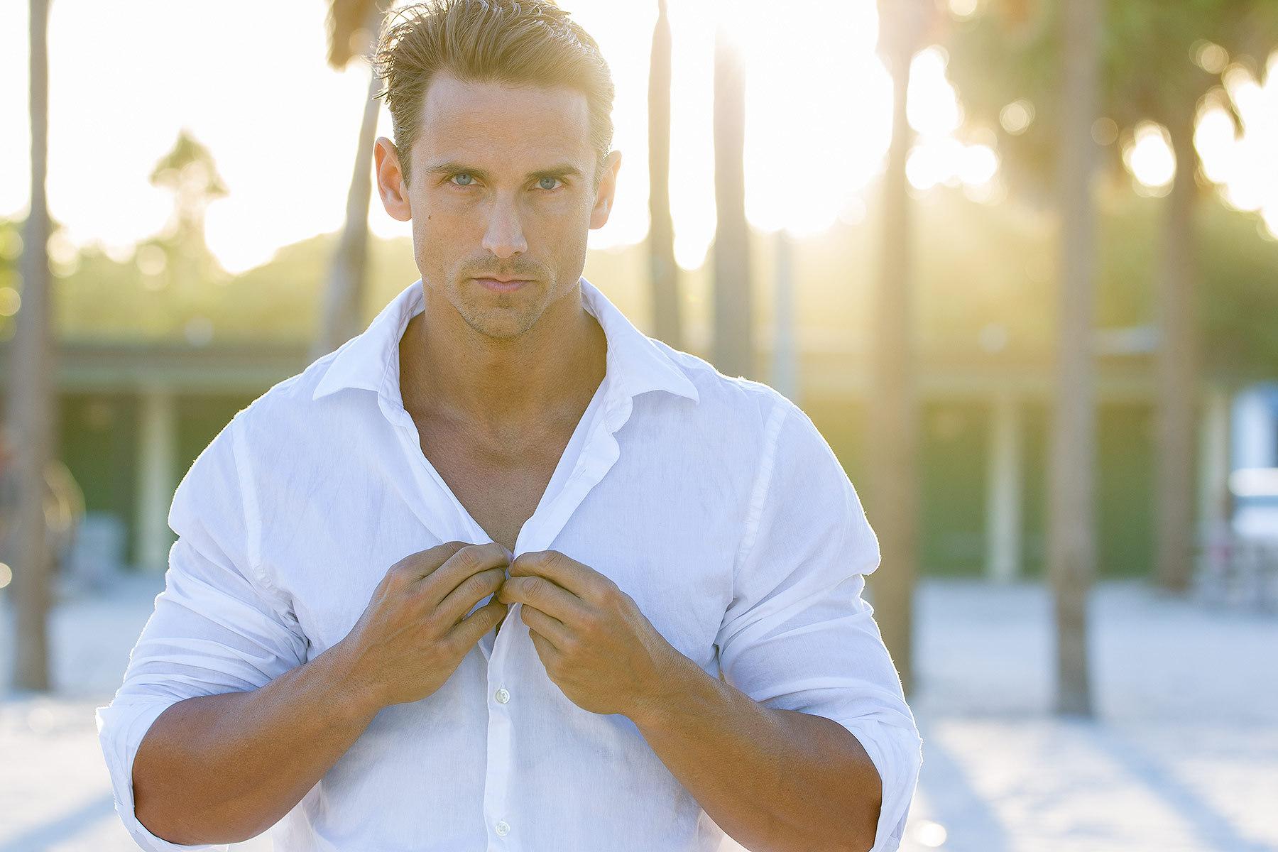 Современная индустрия моды продвинулась намного вперед, и белая мужская рубашка может существовать н