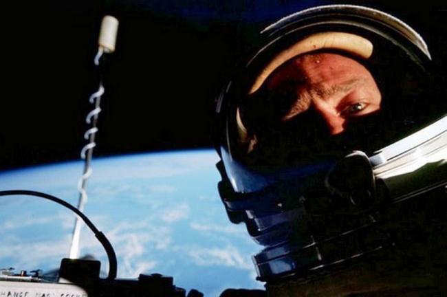 © americaspace  Первое селфи «счеловеческим лицом» воткрытом космосе. Фото на превью imgur