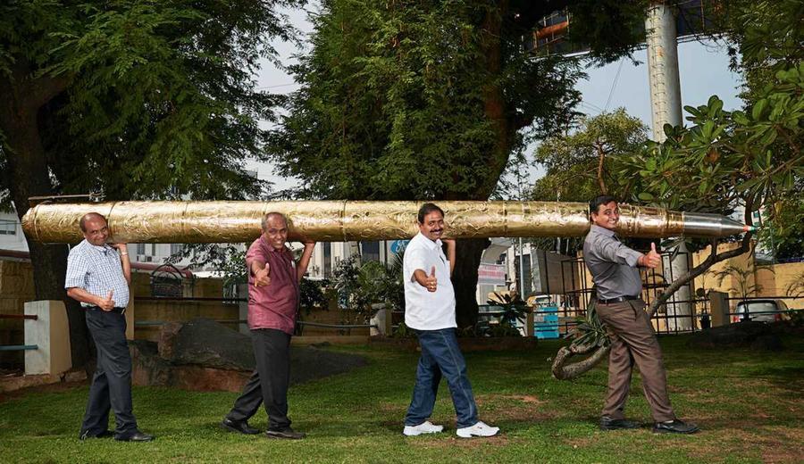 12. Ачарья Макунури Шриниваса из Индии создал самую большую шариковую ручку — её длина 5,5 метра, а