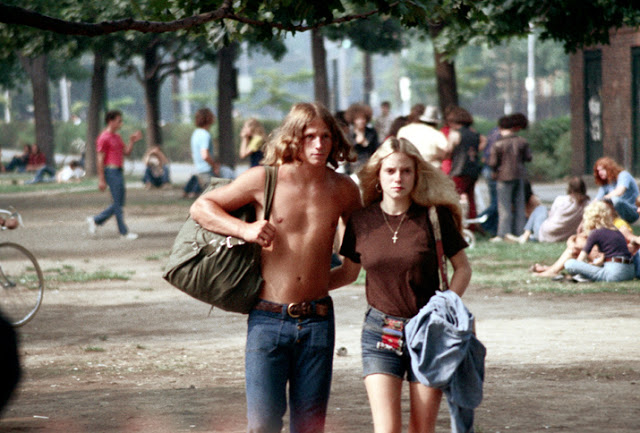 Голубые джинсовые шорты — любимый тренд американских девушек 70-х годов (21 фото)