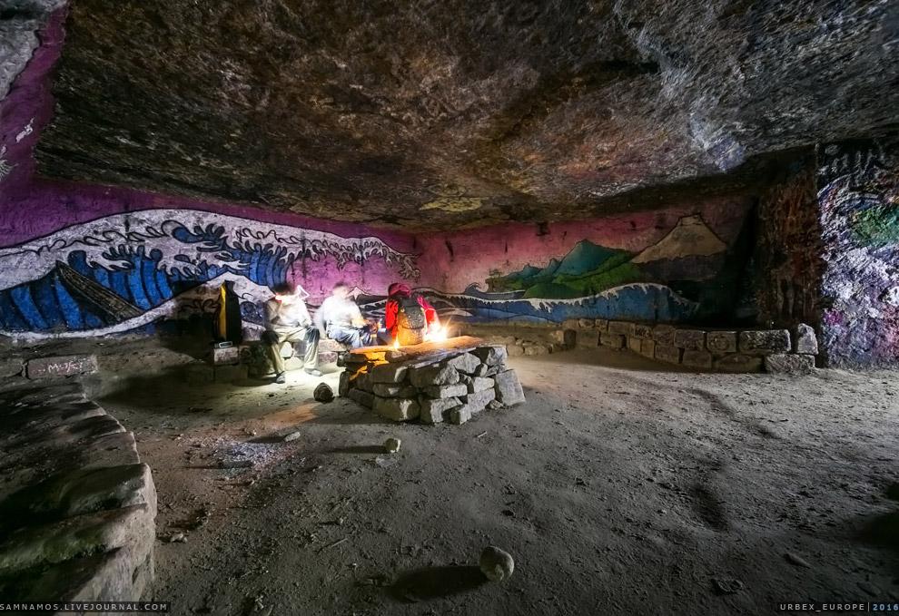 9. Стены катакомб изрисованы несколькими слоями граффити. Смотрится очень круто! Подземный волш