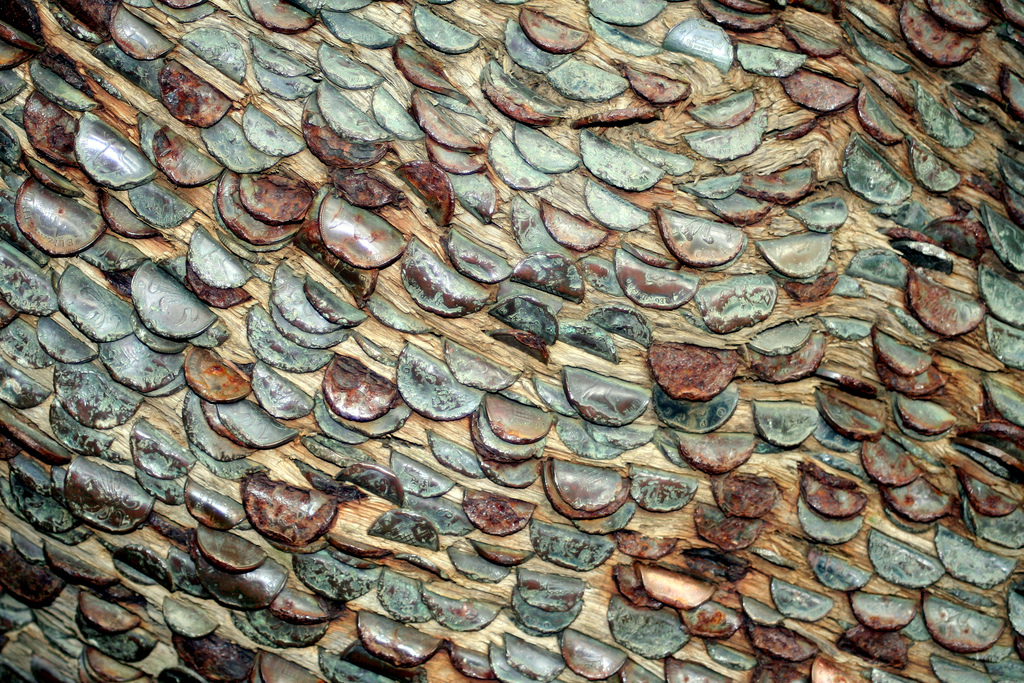 8. Многие считают, что идея засунуть монеты в дерево – это не просто желание увеличить собстве