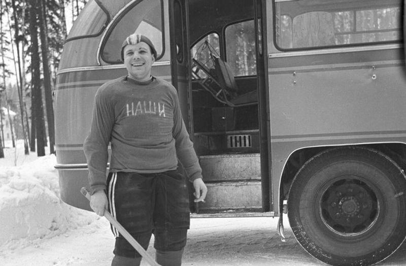 9. Капитан хоккейной команды космонавтов «Наши» Юрий Гагарин. 1963 год.