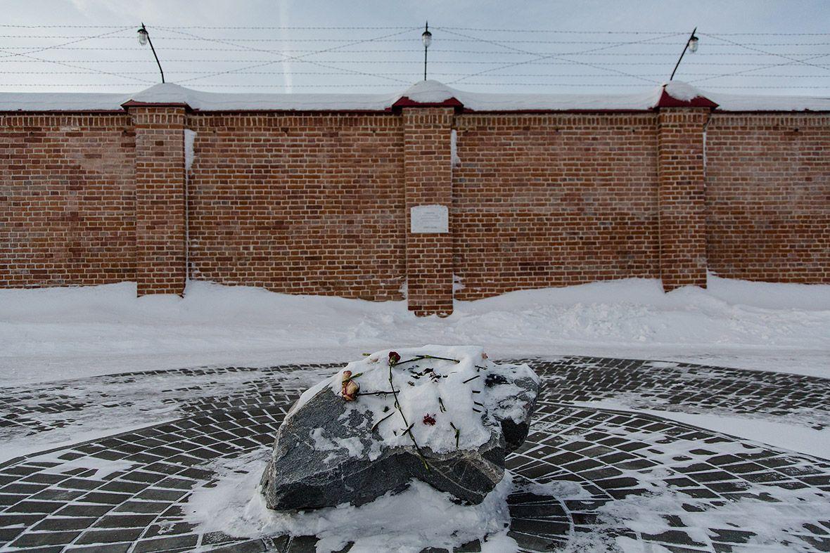 Монумент у расстрельной стены. Посвящен репрессированным узникам.