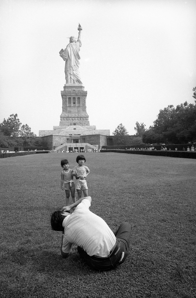 41. Отец фотографирует своих детей на фоне статуи Свободы, 3 сентября 1980 года. (AP Photo / Angel F
