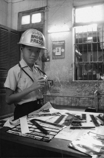 Мальчик помогал с процессом съемки и печатью фотографий, отправлял снимки в местные газеты и иностра