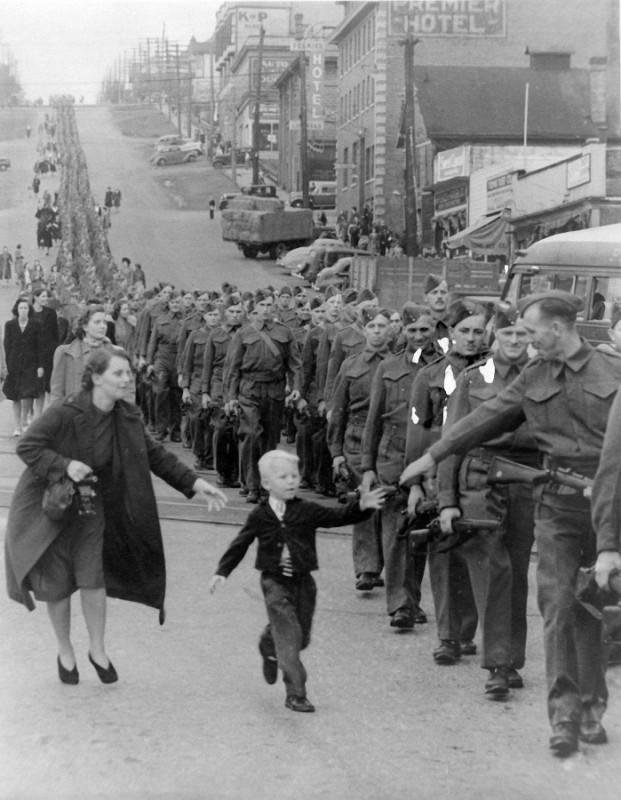 15. «Подожди меня, папа» — фотография марша Полка Британской Колумбии. Пятилетний Уоррен Уайти Берна